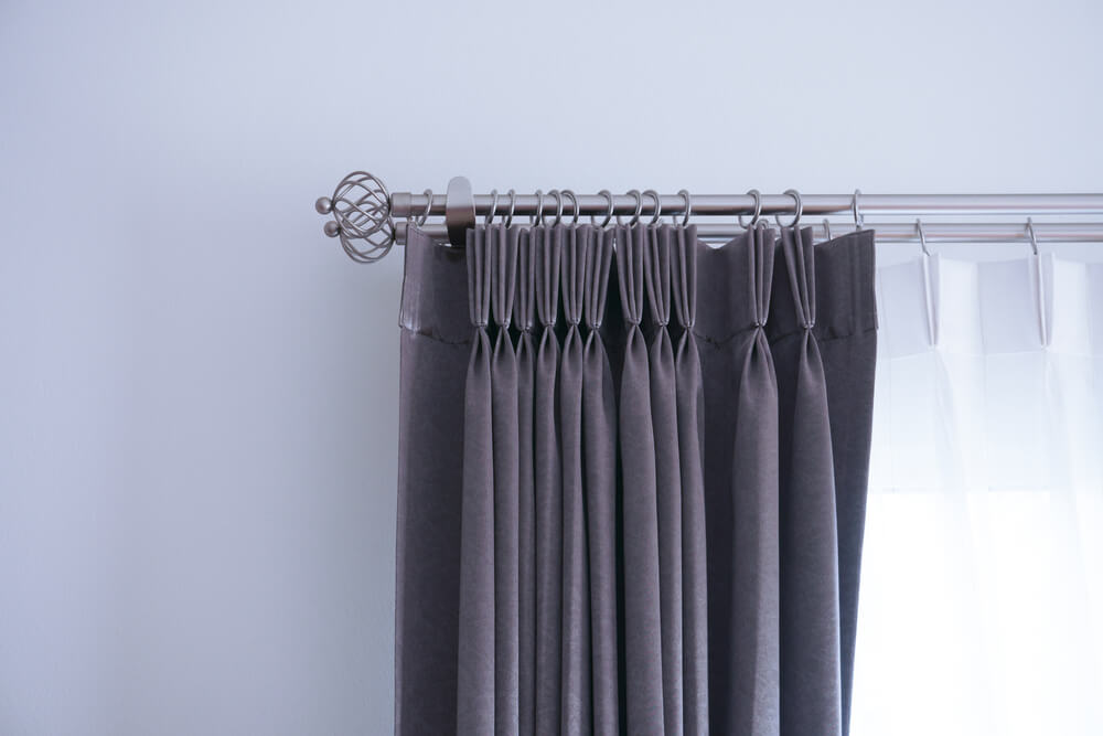 レールに通されたカーテン