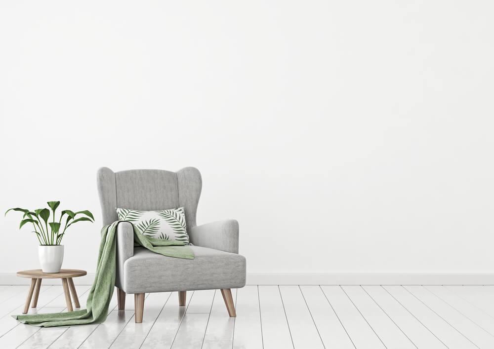 グレーのソファが置かれた白い壁の部屋