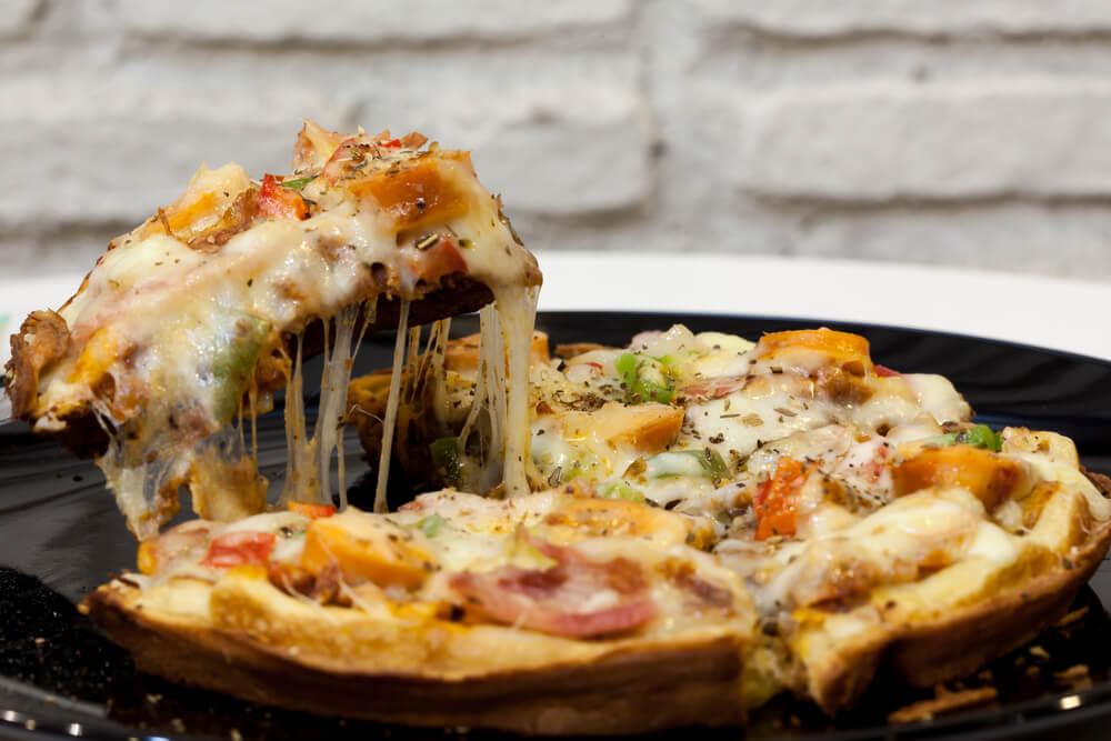 黒いお皿の上のワッフルピザ