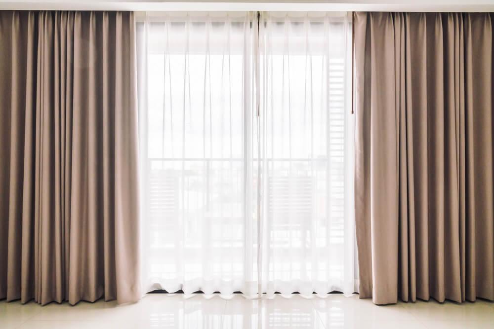 明るい窓とカーテン