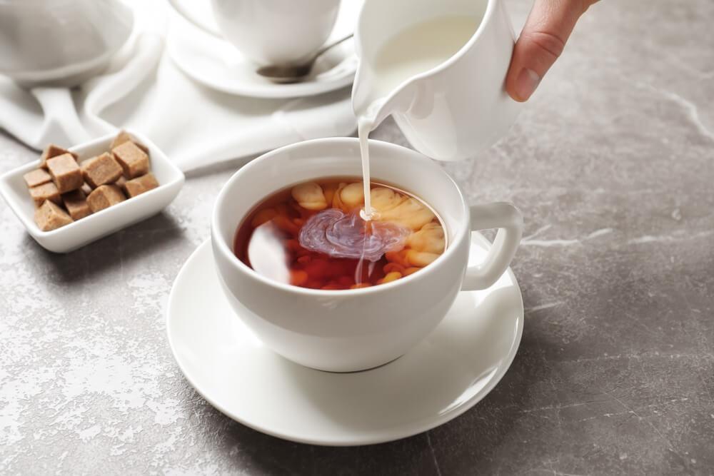 ミルクを注がれている紅茶