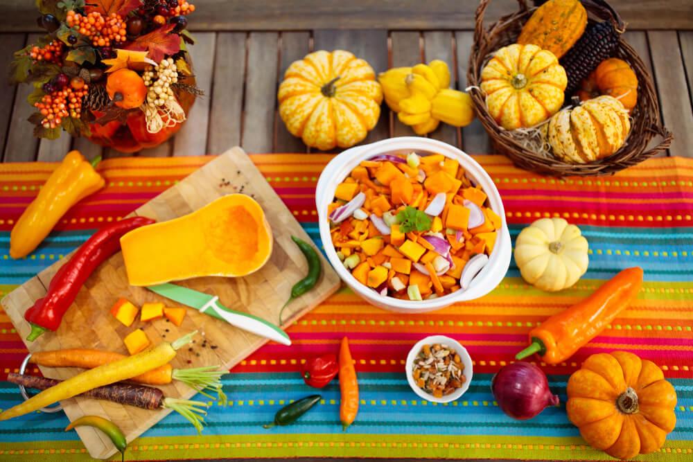 かぼちゃやパプリカなどが並ぶテーブル