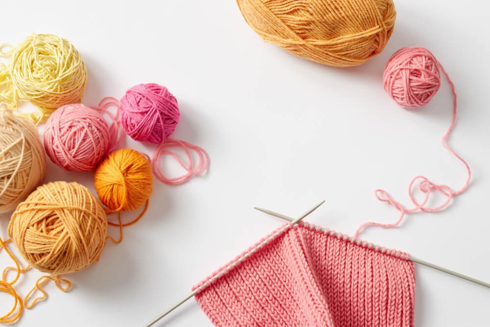 途中の編み物とカラフルな毛糸