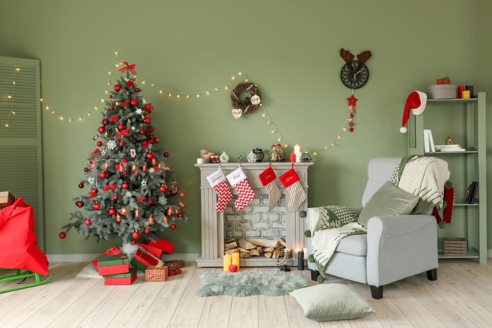 クリスマスの飾り付けがされた部屋