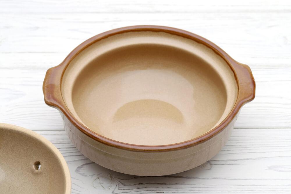 蓋の開いたベージュの土鍋