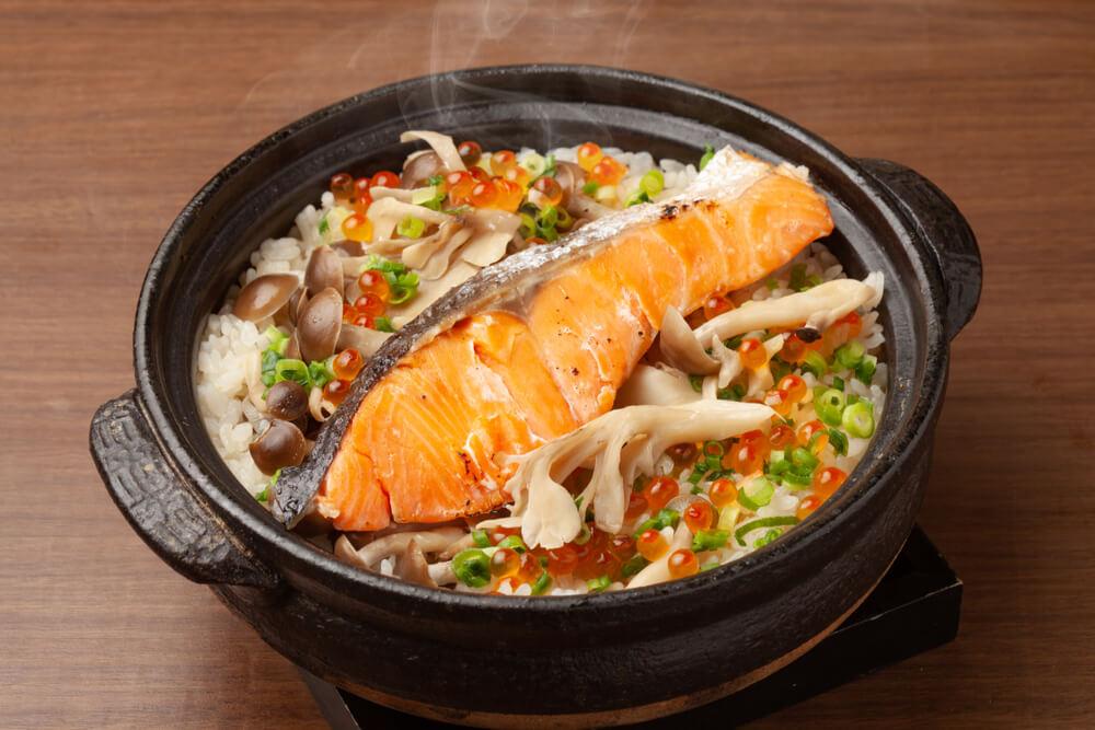 鮭が乗った炊き込みご飯