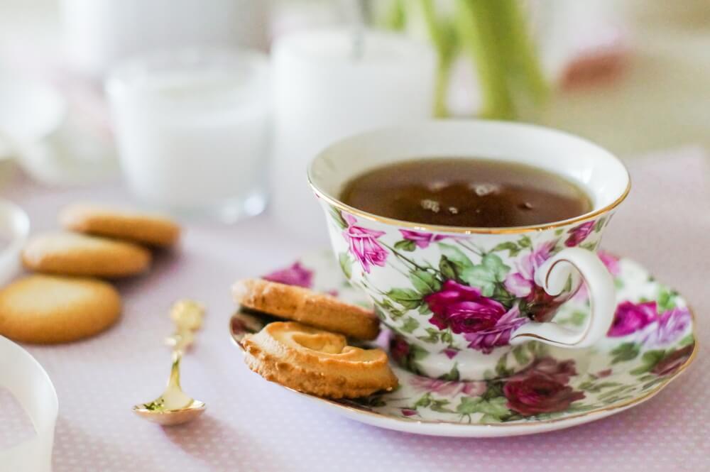 クッキーと花柄のカップ