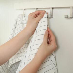 ダイソーのフックを使えばどこでもスッキリ!粘着テープをキレイに剥がす方法も♡