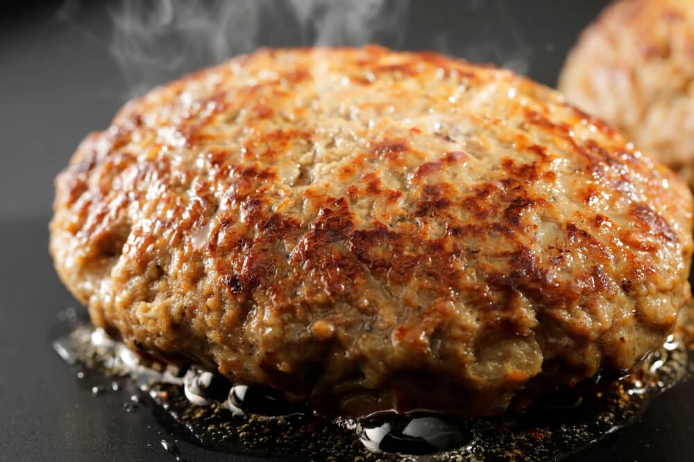 フライパンで焼かれるハンバーグ