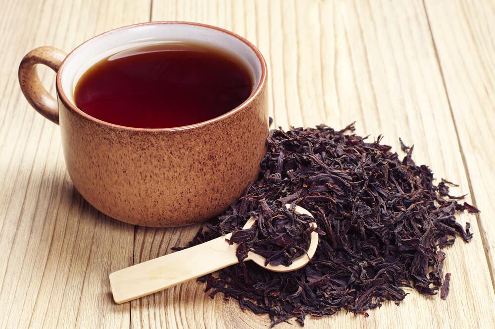 茶葉とカップに注がれた紅茶