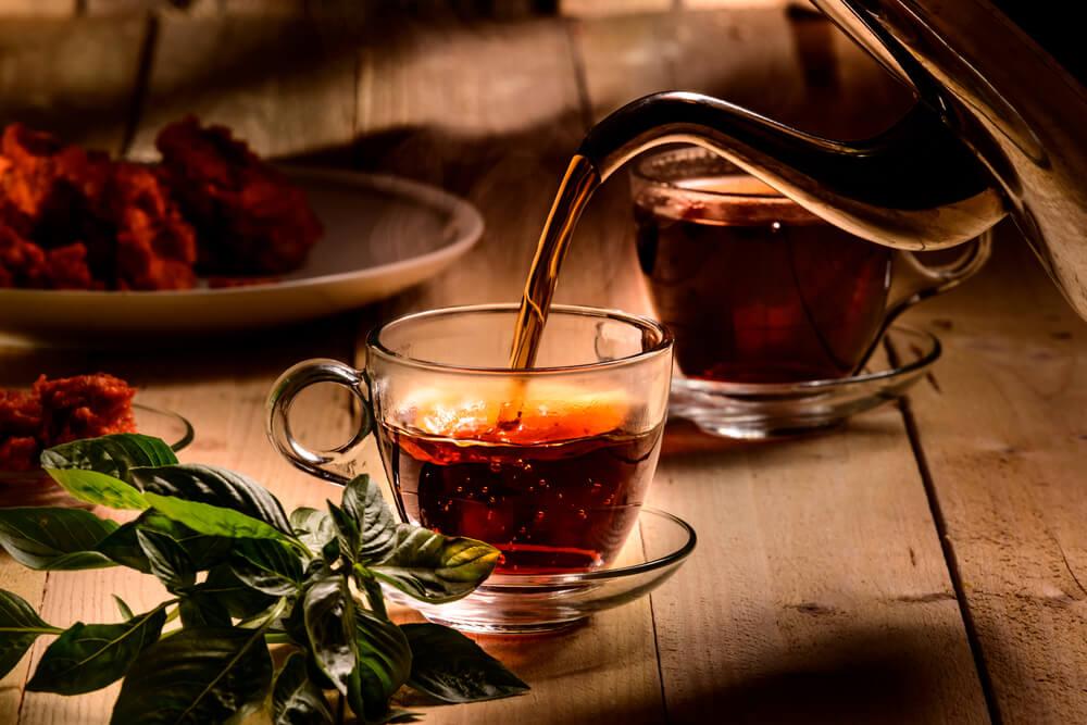 透明のカップに注がれる紅茶