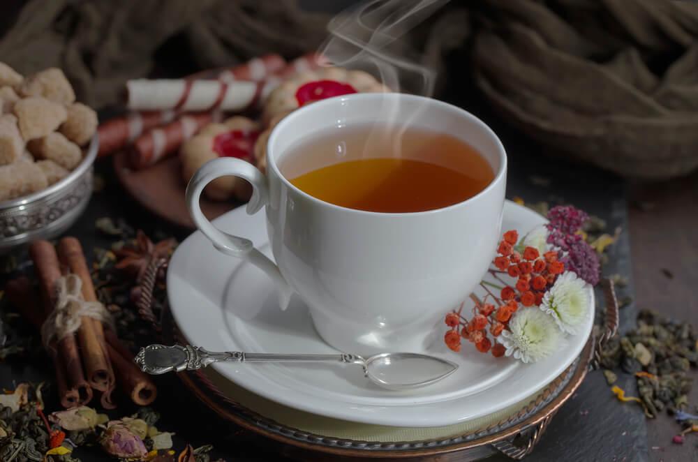 ドライフラワーが添えられた紅茶
