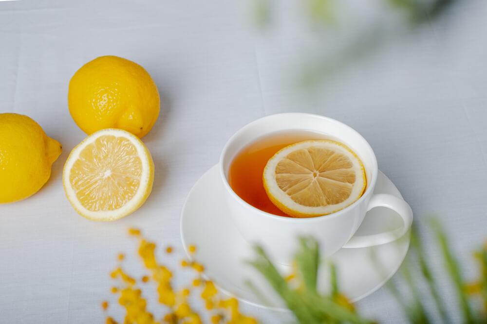 テーブルに置かれたレモンとレモンティー