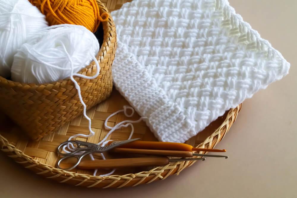 白い毛糸で編まれた編み物