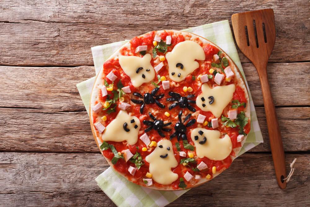 おばけのチーズが乗ったピザ