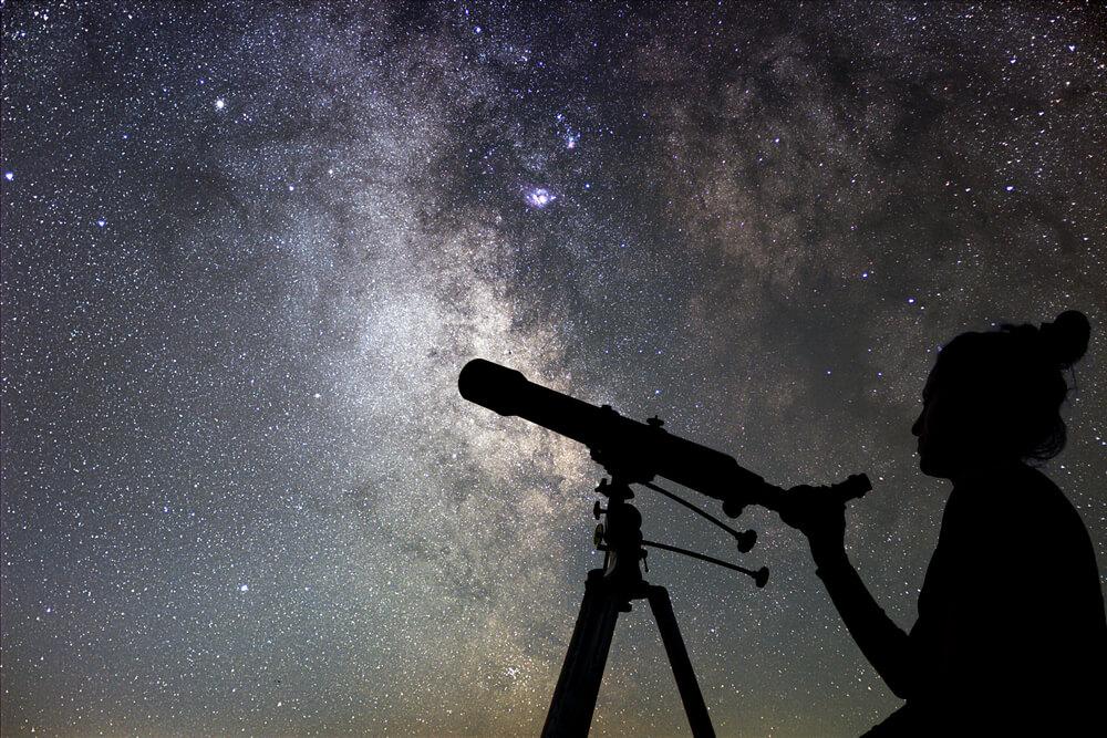 天体観測をする女性
