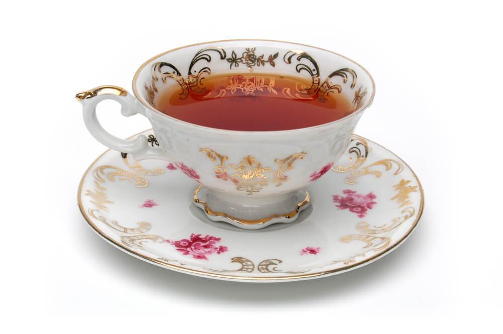 アンティークなカップに入った紅茶