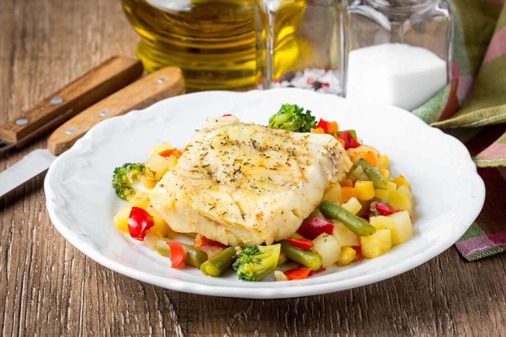 野菜とソテーした魚が乗ったお皿
