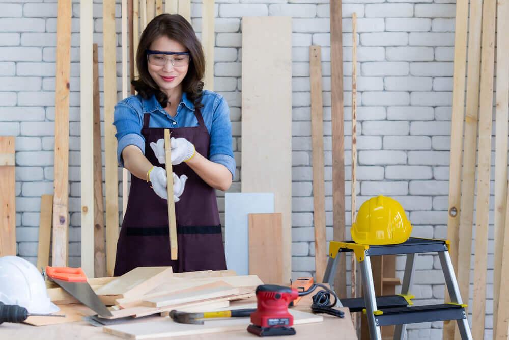 木材を使ってDIYを楽しむ女性