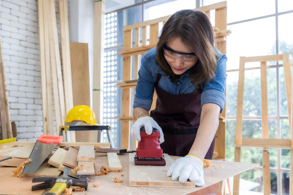 木材を使ったDIYを楽しむ女性