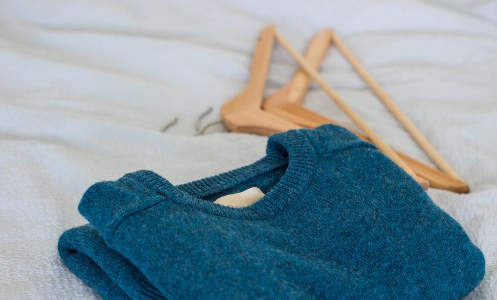 ハンガーと青いセーター