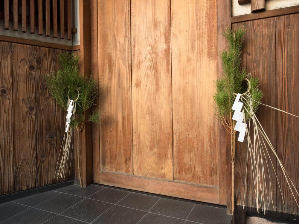 木の扉の両側に飾られたしめ飾り
