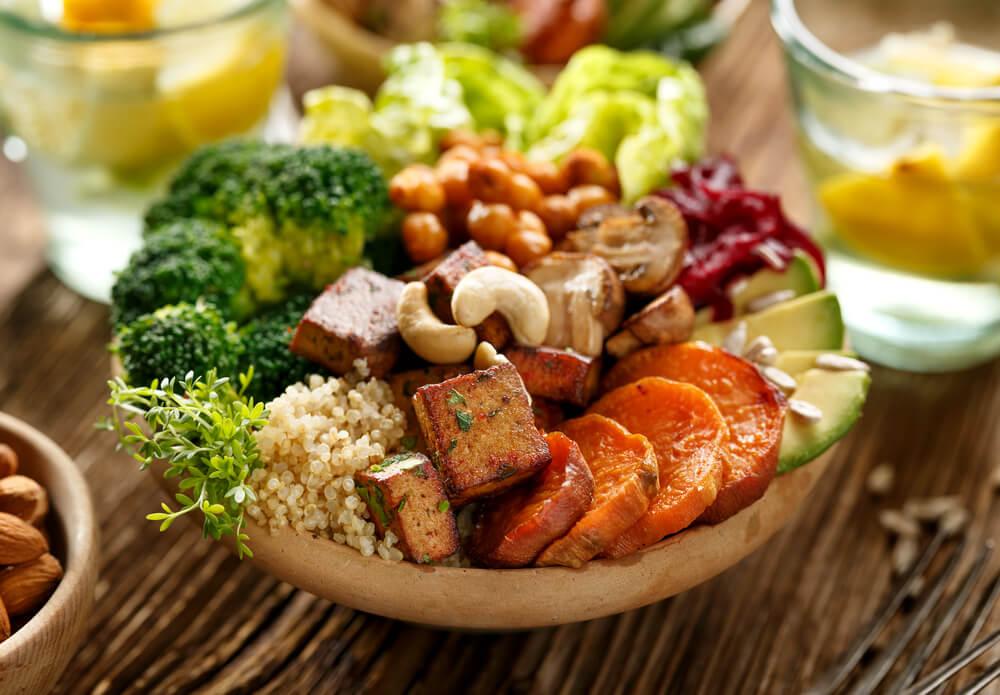 木の器に盛り付けられた栄養価の高い野菜食