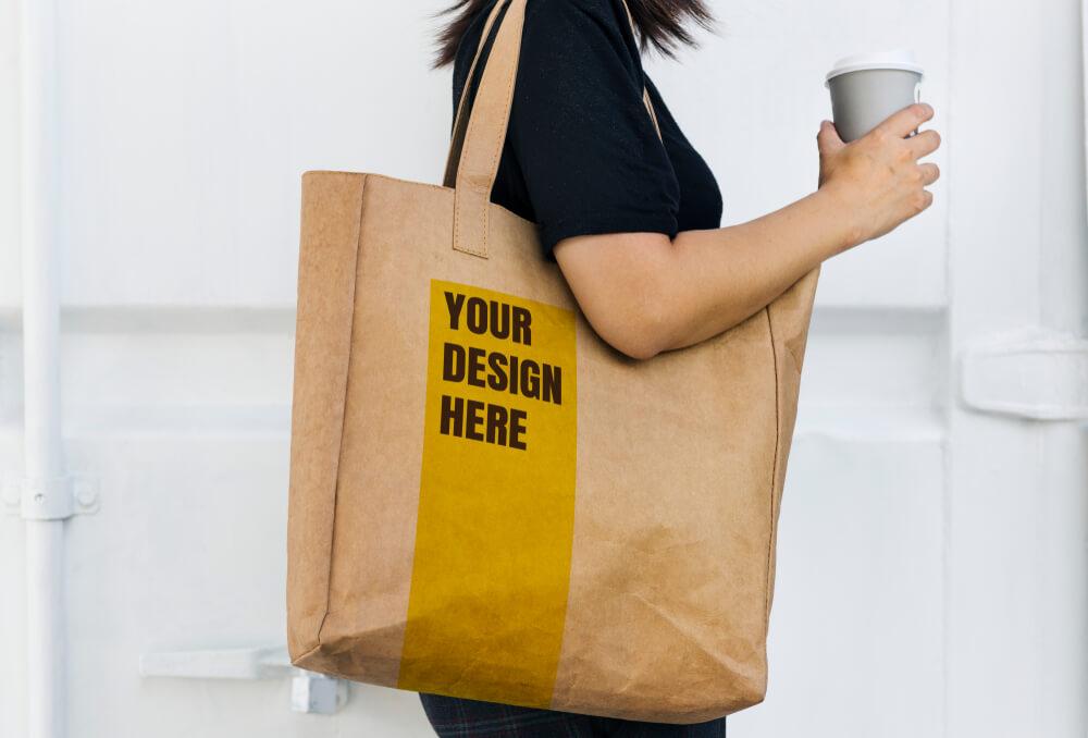 茶色のバッグを肩に下げた女性