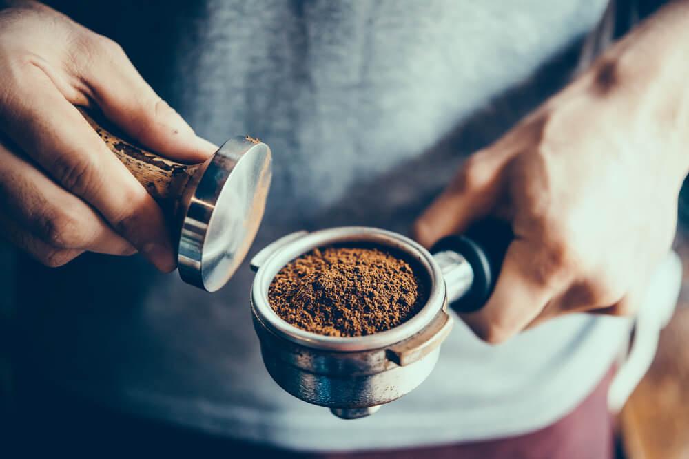 コーヒー粉が入ったポーターフィルター